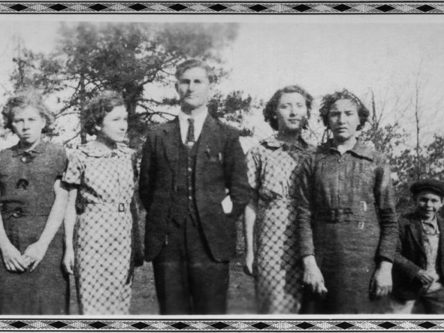 Untitled (Man with four women and one boy), Mike Disfarmer