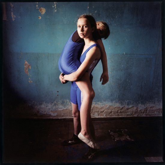 Michal Chelbin, Girl lifting a girl, Ukraine